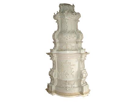 Prächtiger Rokoko-Keramikofen in Weiß