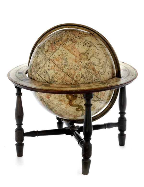 Himmelsglobus auf vierbeinigem Holzgestell