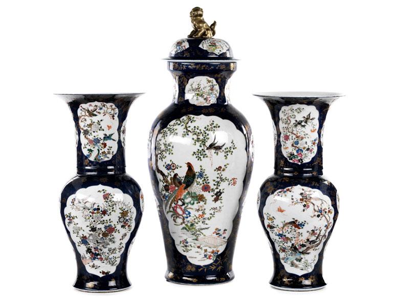 Paar Vasen und eine Deckelvase