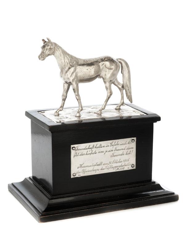 Silbernes Pferd auf Postament - Offiziersgeschenk