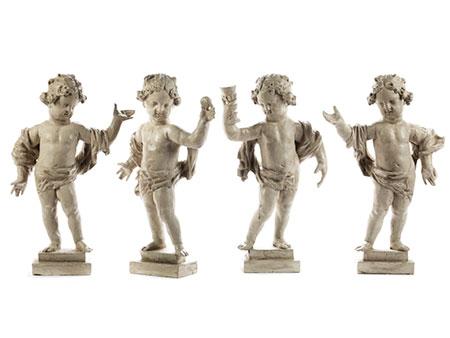Gruppe von vier zusammengehörigen Puttenfiguren