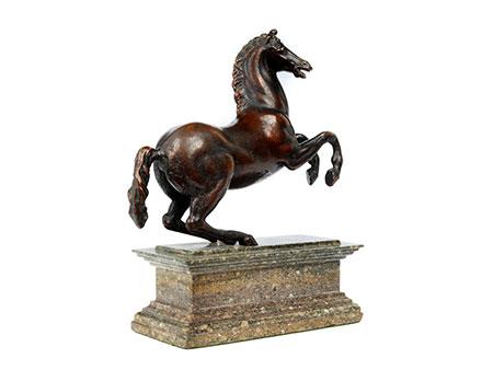 Kleines Renaissance-Bronzepferd auf Marmorsockel