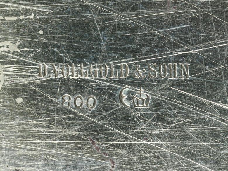 Detailabbildung: Silbertablett mit Gravur