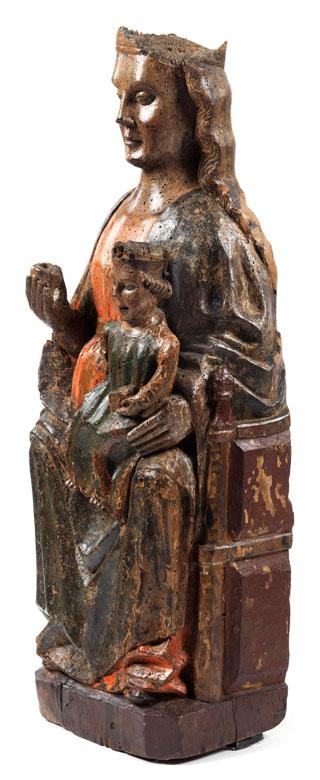 Detailabbildung: Museale Schnitzfigur einer Madonna mit dem Jesuskind als Weltenherrscher