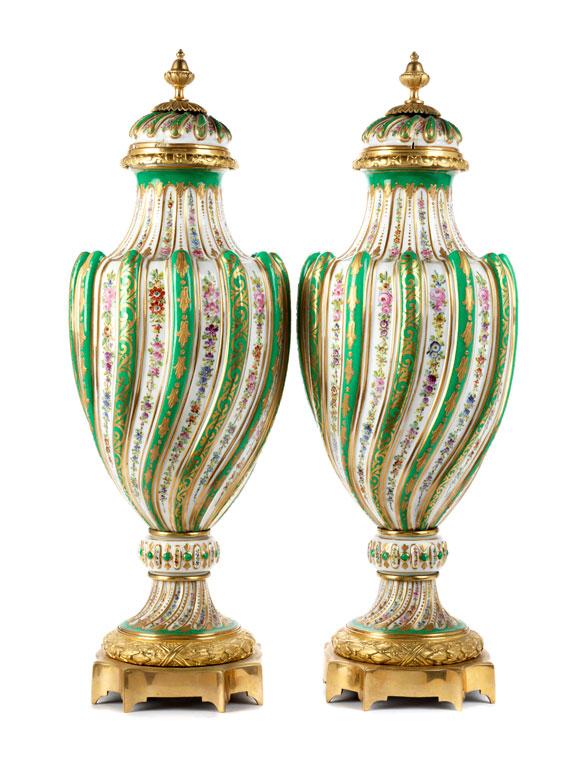 Detailabbildung: Paar große Sèvres-Deckelvasen