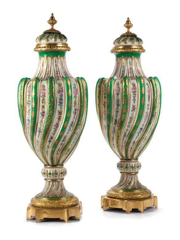 Paar große Sèvres-Deckelvasen