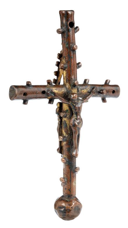 Museales frühes Stellkreuz mit Corpus Christi sowie Madonnenfigur unter einem Spitzbaldachin