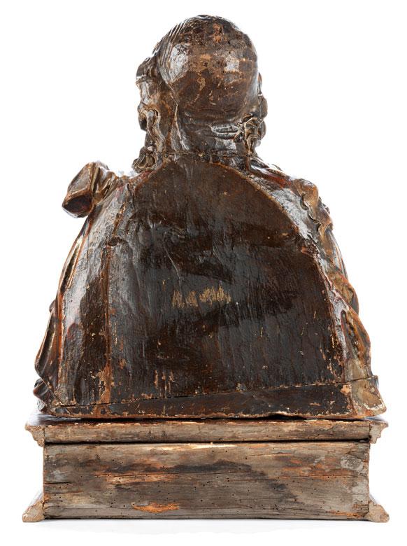 Detailabbildung: Museale Schnitzbüste eines adeligen Jünglings mit Feldherrenumhang und Löwenkopfschulterstück