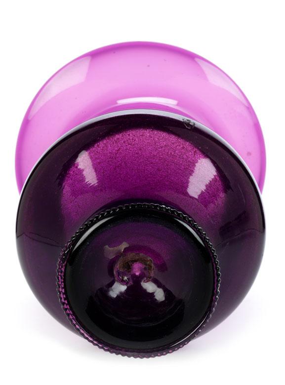 Detailabbildung: Violettes Glasgefäß, wohl aus der Werkstatt Kunckel