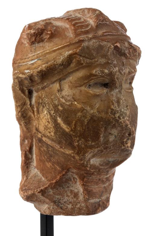 Detailabbildung: Kleiner Marmorkopf eines behelmten barbarischen Kriegers oder Feldherren