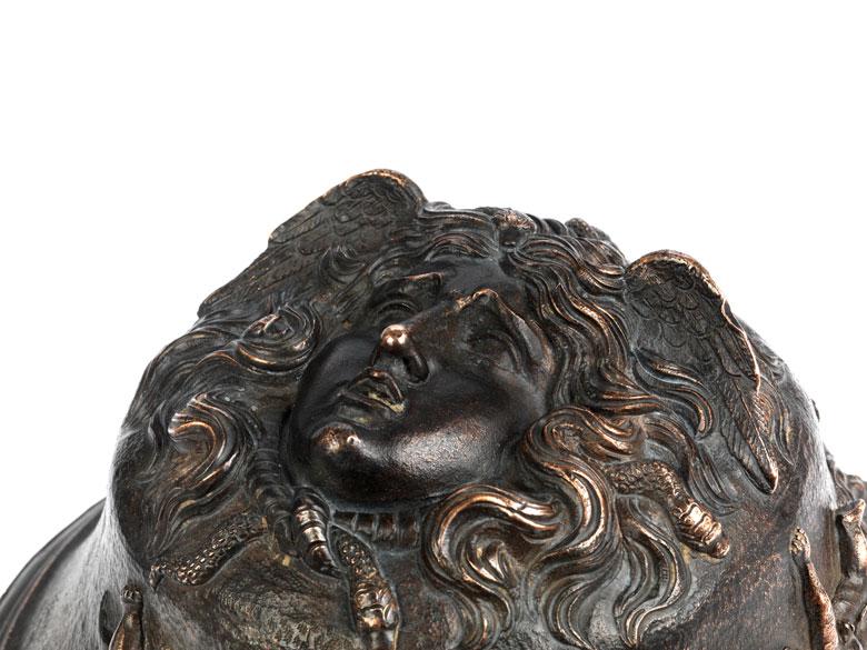 Detailabbildung: Bronzebildwerk mit Medusenhaupt