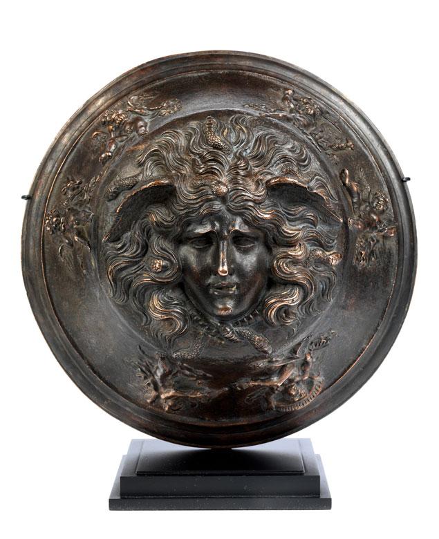 Bronzebildwerk mit Medusenhaupt