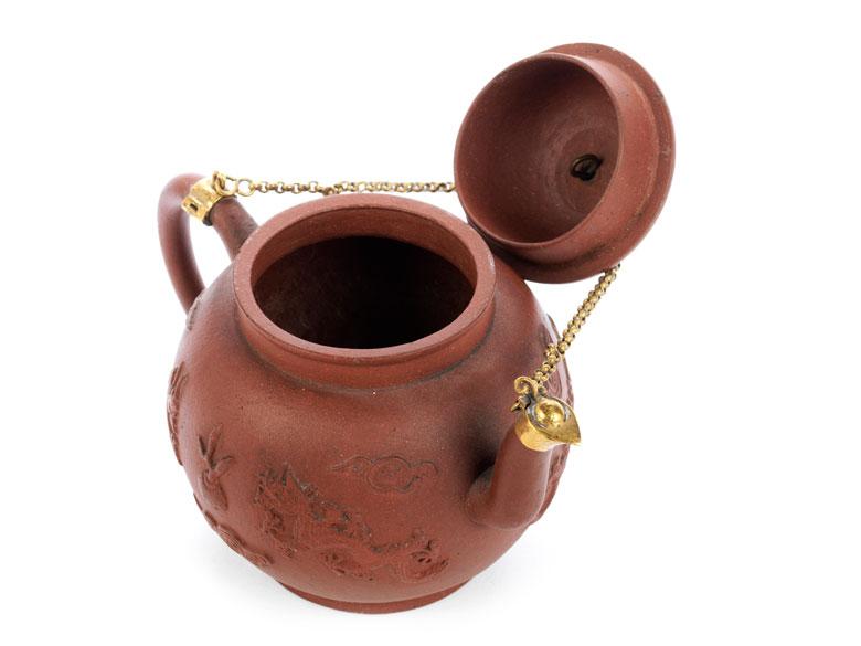Detailabbildung: Teekännchen in braunem Fensteinzeug mit vergoldeter Montierung