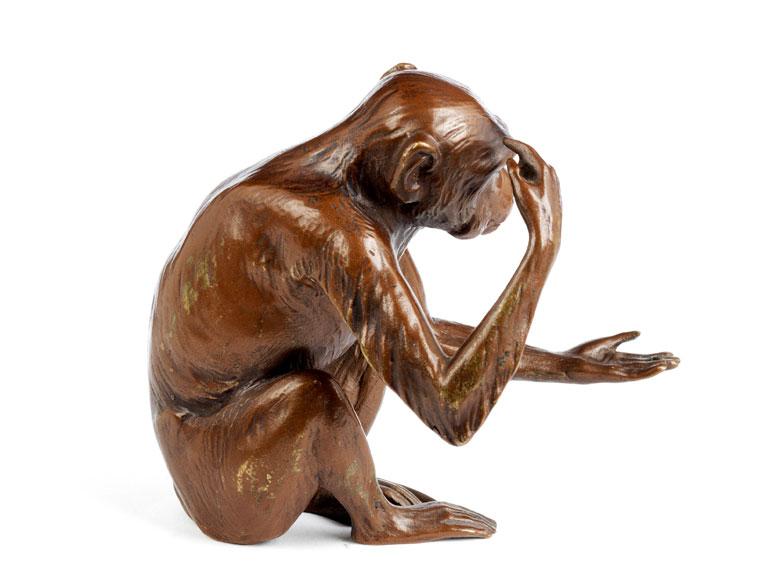 Detailabbildung: Bronzefigur eines sitzenden Affen
