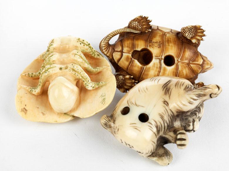 Detailabbildung: Drei japanische Elfenbeinschnitzobjekte