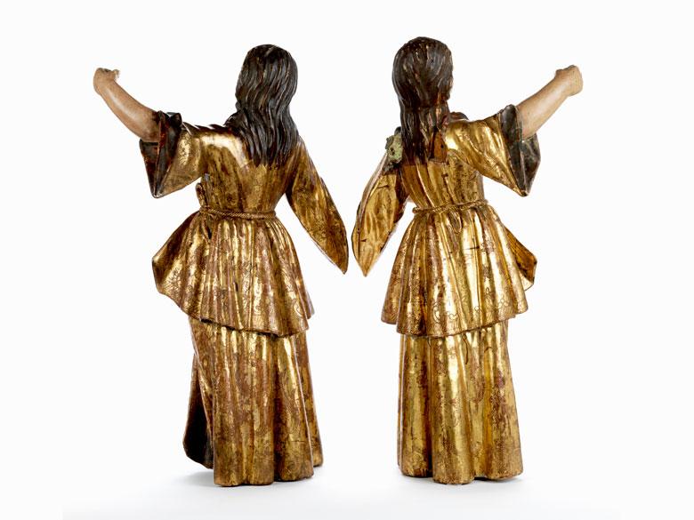 Detailabbildung: Paar gefasste und in den Kleidern vergoldete Engelsfiguren