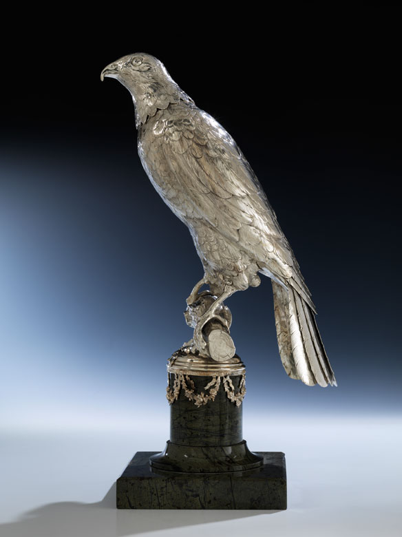 Seltener silberner Falke als Trinkgefäß