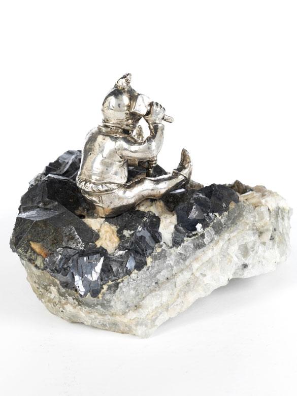 Detailabbildung: Schlägelnder silberner Zwerg auf Gesteinsstufe