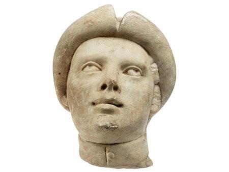 Marmorkopf eines Jünglings mit Krempenkappe