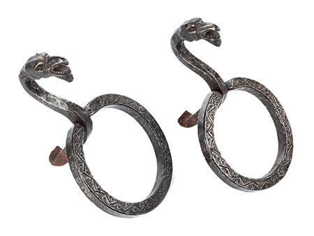 Paar in Eisen geschmiedete Ringhalter mit Fantasievogelköpfen