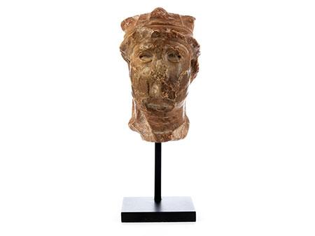 Kleiner Marmorkopf eines behelmten barbarischen Kriegers oder Feldherren