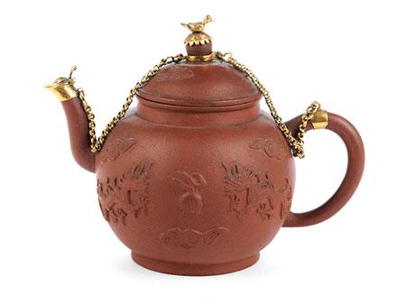 Teekännchen in braunem Fensteinzeug mit vergoldeter Montierung