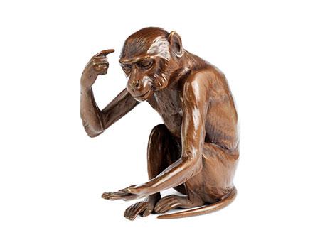 Bronzefigur eines sitzenden Affen