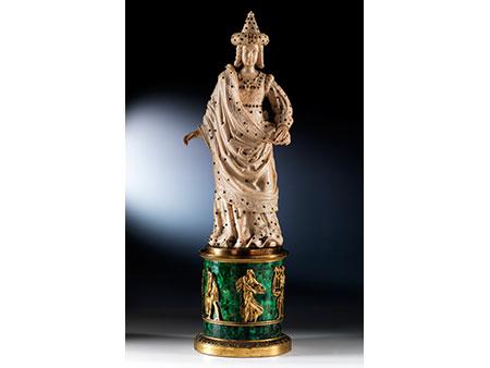 Große russische Elfenbeinschnitzfigur auf einem Sockel in feuervergoldeter Bronze, belegt mit russischem Malachit