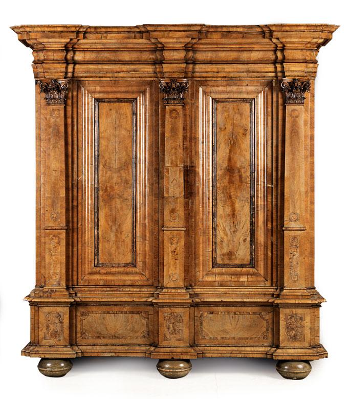 Großer prächtiger Barock-Schrank mit Pilasterfassade