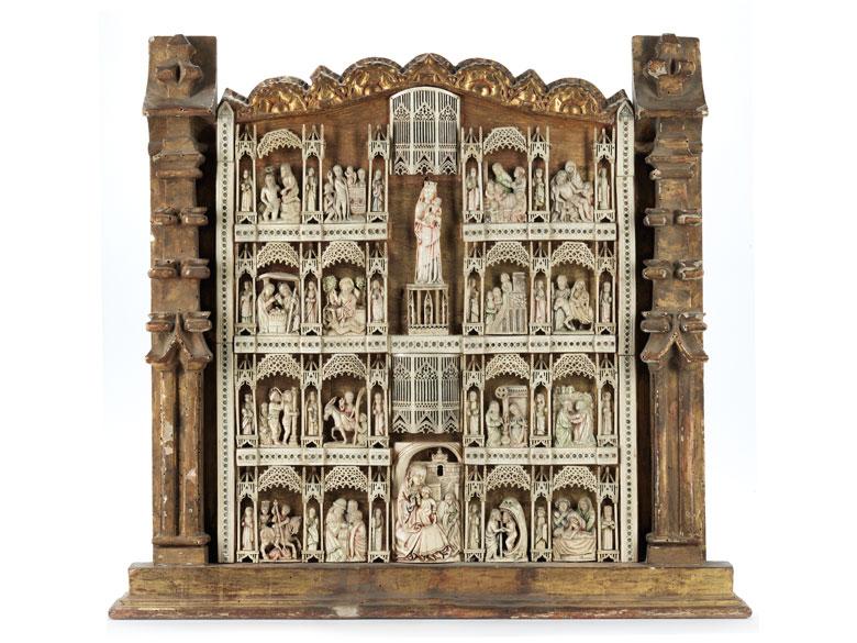 Kleine Altarretabel mit Elfenbein/ Beinschnitzereien in einem Phialenrahmen
