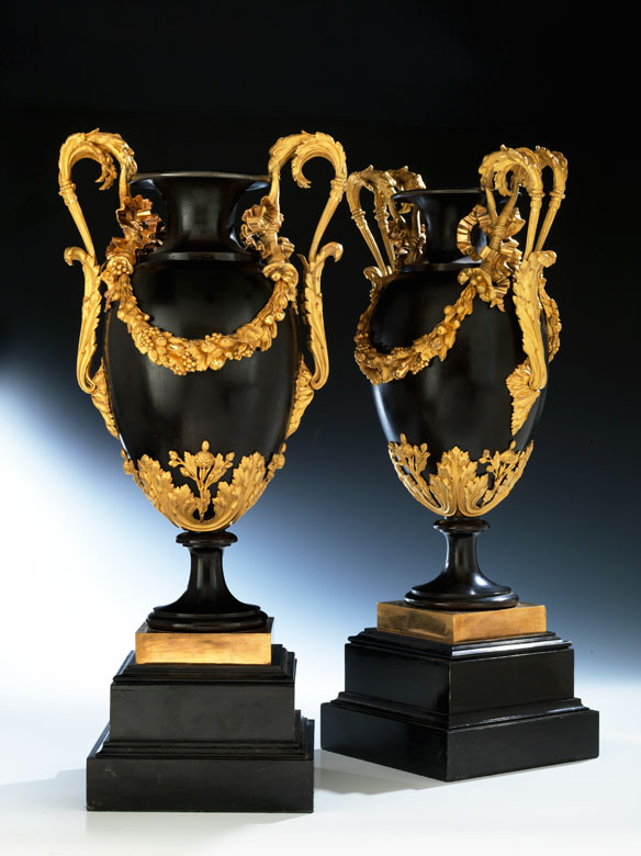 Paar hochfeine große Louis XVI-Vasen