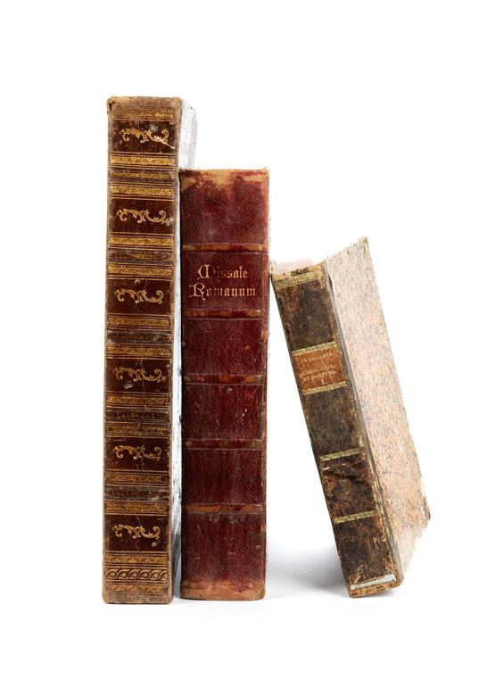 Drei Bucheinbände mit innen montierten Gipsabdrücken von Spielsteinen