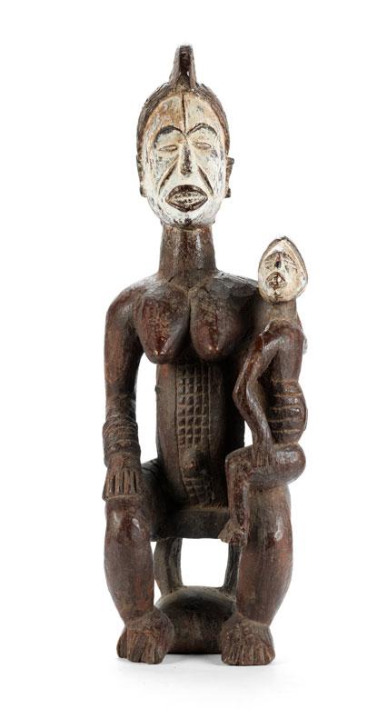 Frau mit Ahnenfigur auf Schoß