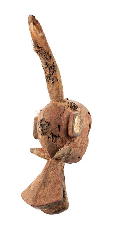 Aufsatzmaske mit einem Horn.