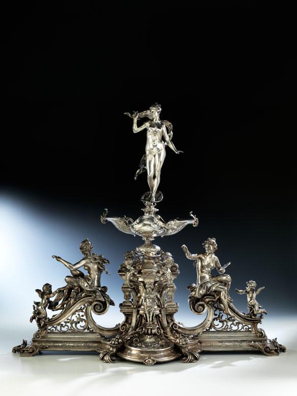 Großer prächtiger, figürlich gestalteter Wiener Tafelaufsatz in Silber