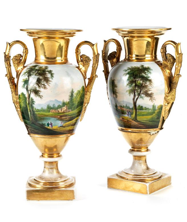 Paar klassizistische Ziervasen in Vergoldung mit polychromer Malerei