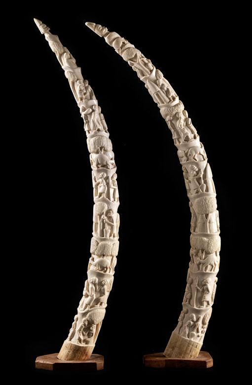 Paar große figürlich beschnitzte Elefantenzähne