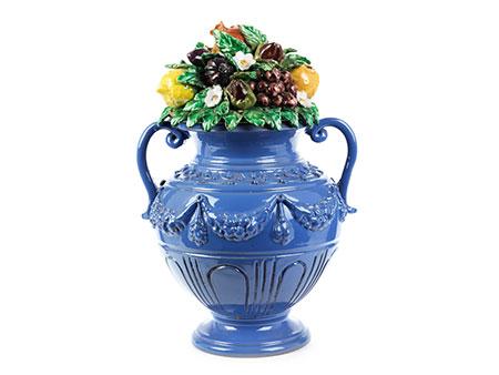 Vase mit plastischem Fruchtgebinde
