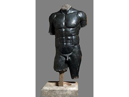 Männlicher Torso in schwarzem Marmor