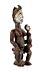 Details: Frau mit Ahnenfigur auf Schoß