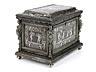 Details: Kleine Eisenkassette mit Silberdekor und plastischen Eckfiguren