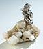 Details: Schatzsuchender silberner Bergwicht auf Bergkristallstufe
