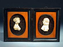 Paar Früh-Biedermeier-Portraits in Bein-Schnitzerei