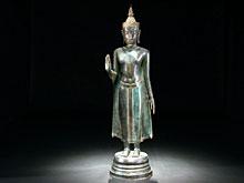 Große stehende Buddha-Figur