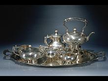 Siebenteiliges Kaffee- und Teeservice mit großer Platte