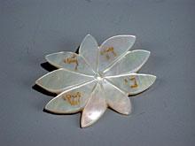 Perlmuttbrosche in Blütenform