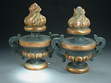 Paar geschnitzte Altar- oder Aufsatzvasen