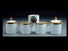 Posten von vier Tassen und einem Tässchen mit Wappen, sowie zwei Deckeln