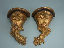 Paar kleine geschnitzte Rokoko-Wandsockel
