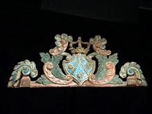 Große Supraporten-Schnitzerei mit Wappen und Krone